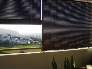 Stores mauriciens en bois de méranti teinte teck sur une terrasse d'appartement a st denis réunion