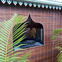 store mauricien fenêtre orientale teinte teck