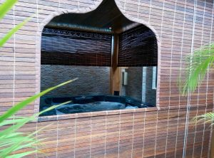 store mauricien avec fenêtre orientale teck